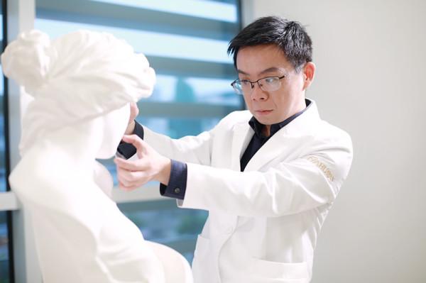 """杭州华颜齐翌晨院长——会雕塑的吸脂艺术家""""脂肪齐"""""""
