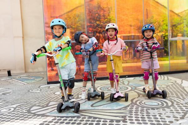 暑假孩子玩耍必备的锻炼神器——m-cro迈古迷嬉豪华滑板车Pro